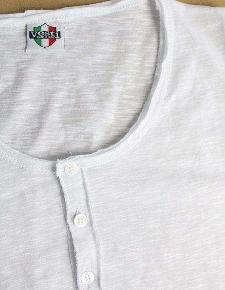magliette personalizzata con bottoni e orli a taglio vivo bianca