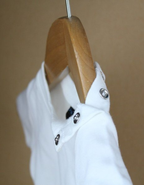 Dettaglio maglietta baby con bottoncini laterali