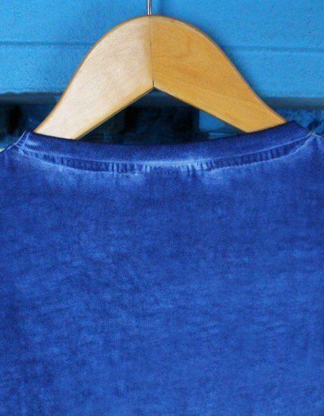 cucitura sul collo blu acceso