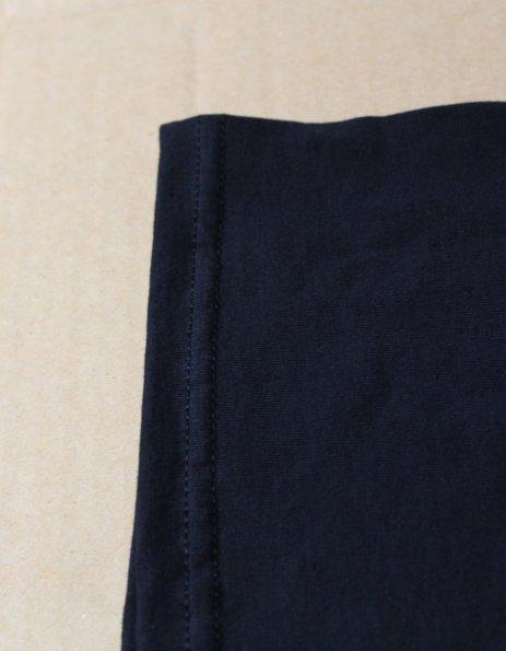 Dettaglio cucitura maglietta uomo nera
