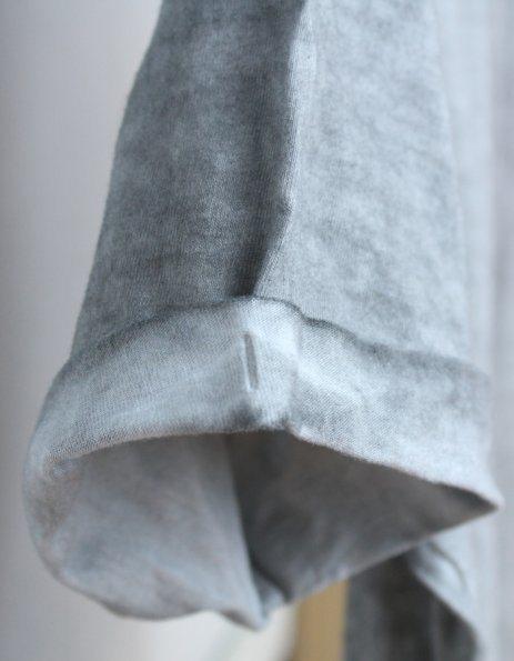 Dettaglio cuciture maniche modello grigio