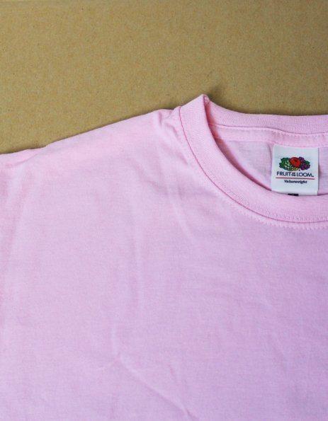 Dettaglio scollo maglietta rosa pastello