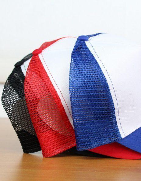 I tre colori disponibili del cappellino baseball