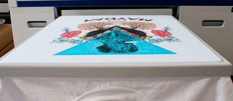 stampante digitale stampa su maglietta bianca